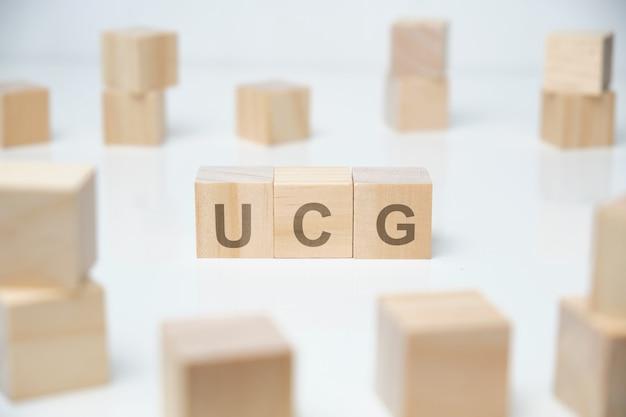 Holzklötze mit der aufschrift - ucg.