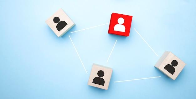Holzklötze mit geschäftsmann-symbol auf blauem hintergrund, organisationsstruktur, soziales netzwerk, führung,