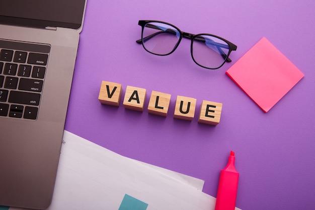 Holzklötze mit value-wort. mission, vision und grundwertkonzept.
