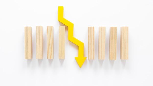 Holzklötze und pfeil auf dem tisch
