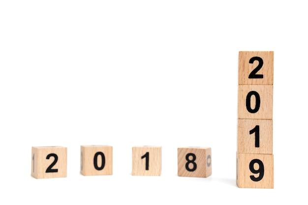 Holzklotz nummer 2019 isoliert auf weißem hintergrund
