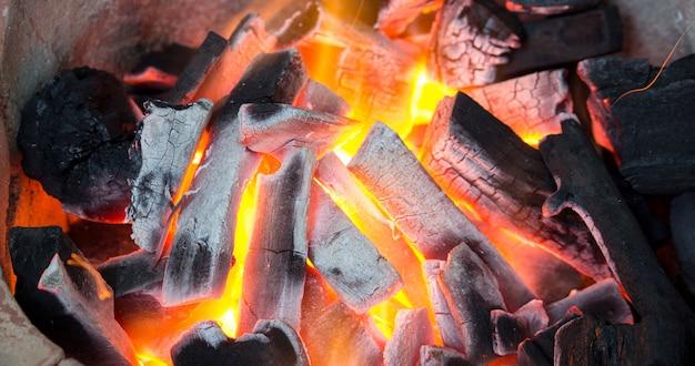 Holzkohle brennt