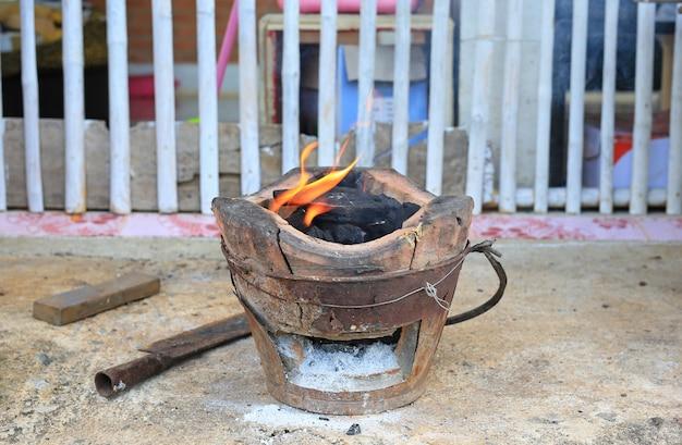 Holzkohle mit feuer auf dem jahrgang ofen.