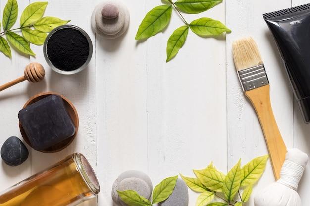 Holzkohlenmaskenrohr auf weißen hintergrund-, kosmetik- und hautpflegeprodukten