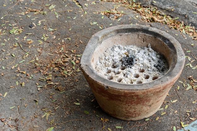 Holzkohleofen im thailändischen stil zum kochen in der ländlichen küche