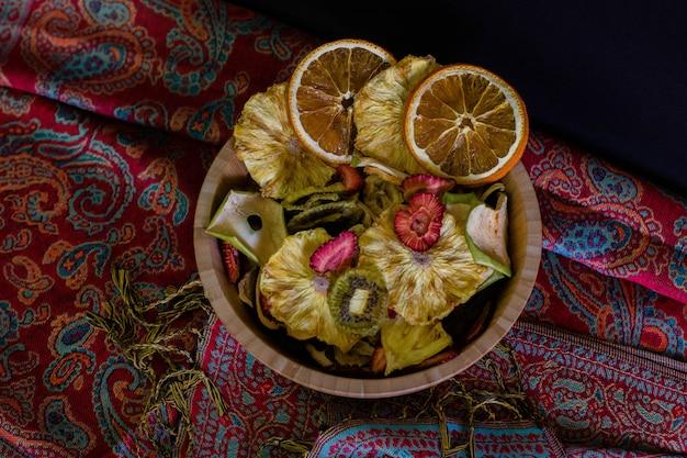 Holzkorb gefüllt mit getrockneten früchten draufsicht