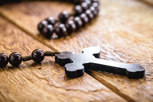 Holzkreuz genannt rosenkranz, christliches symbol des glaubens und der hingabe, die in gebeten verwendet werden