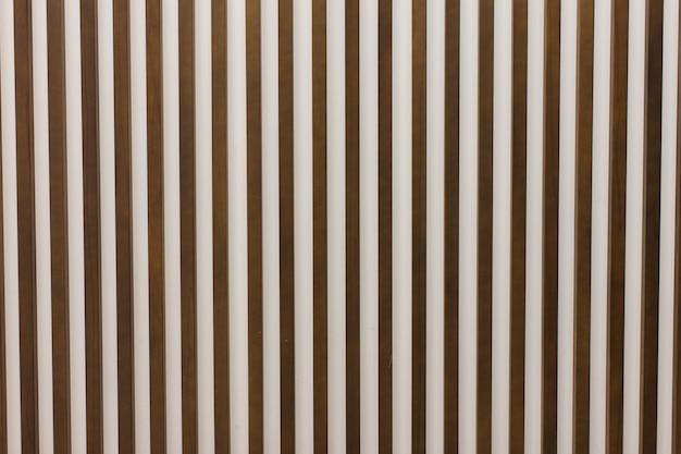 Holzlatten an der wand in vertikalem parallelmuster
