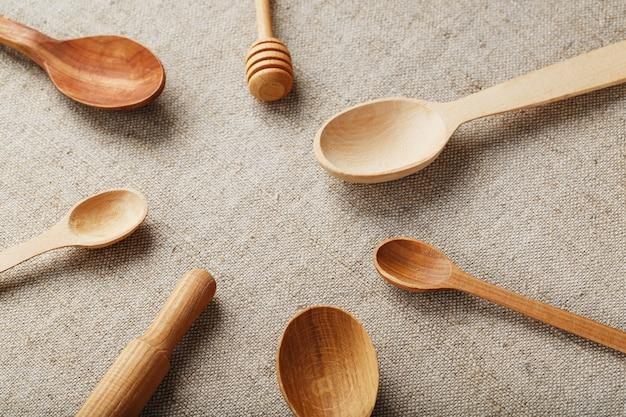 Holzlöffel aus naturholz auf sackleinenstoff als handwerk. natürliche naturmaterialien. für die umwelt sorgen