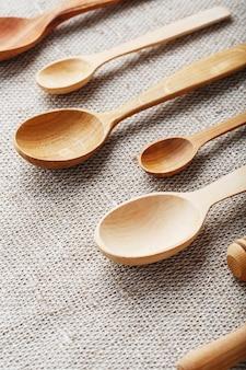 Holzlöffel aus naturholz auf sackleinenstoff als handwerk.