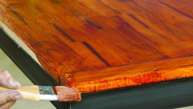 Holzmalerei mit einem pinsel