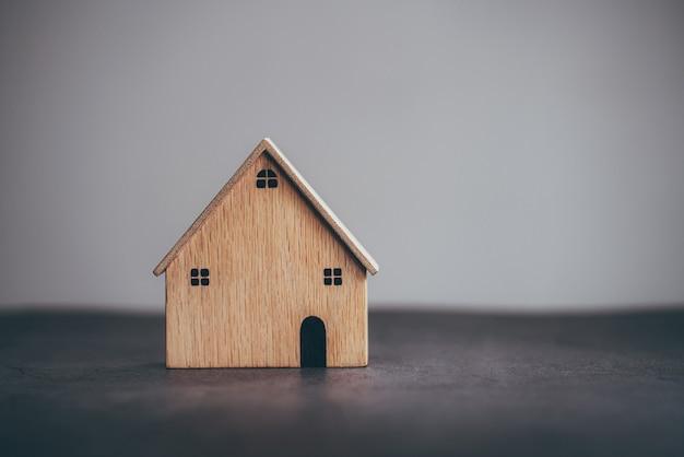 Holzmodell des hauses auf tischhintergrund planung des kaufs einer immobilie