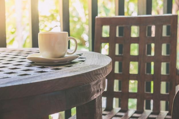 Holzmöbel mit einer tasse kaffee