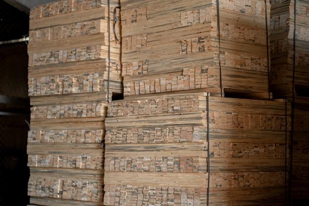 Holzmühle, sägewerk. lagerung von gehobelten holzbrettern. stapel von holzbrettern im sägewerk.
