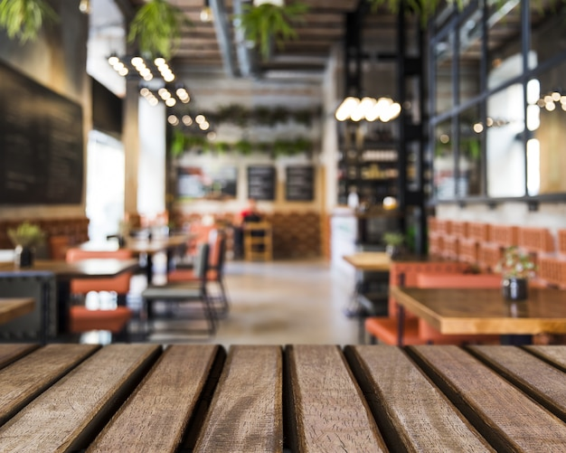 Holzoberfläche mit blick auf tische im restaurant