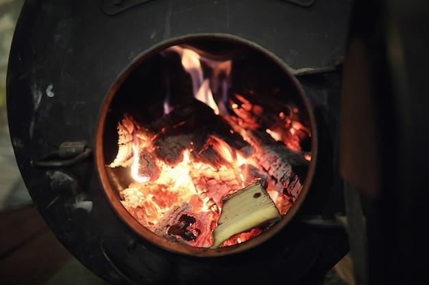Holzofen. brennholz für die ofenheizung. lager für brennholz für den ofen.