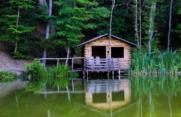 Holzpavillon am ufer eines bergwaldsees auf der straße zum berg ai-petri, krim.