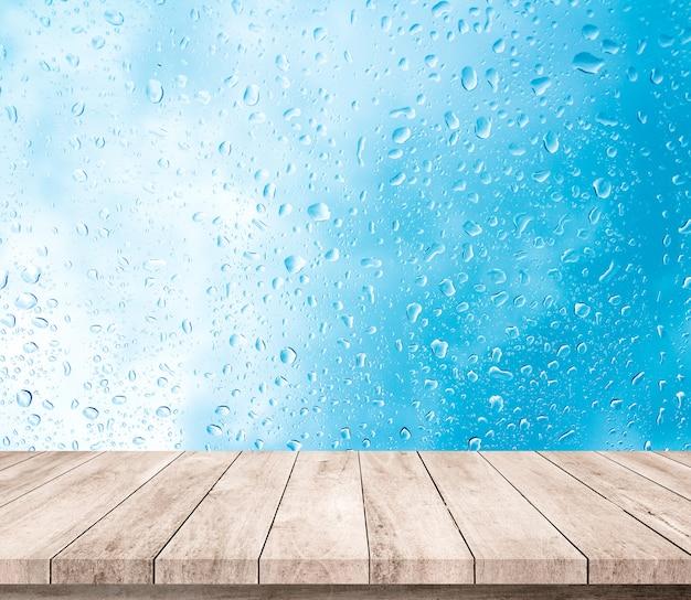 Holzplanke mit abstraktem wassertropfen auf glashintergrund für produktanzeige