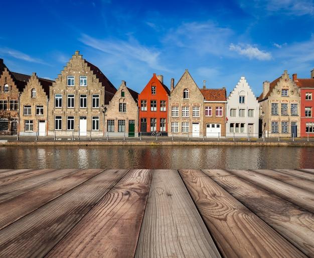 Holzplankentabelle mit europäischer stadt im hintergrund