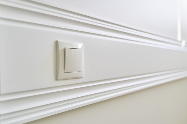 Holzplatte weiß lackiert mit steckdose an die wand geklebt