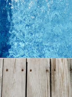 Holzplattform auf schwimmbad. ansicht von oben.