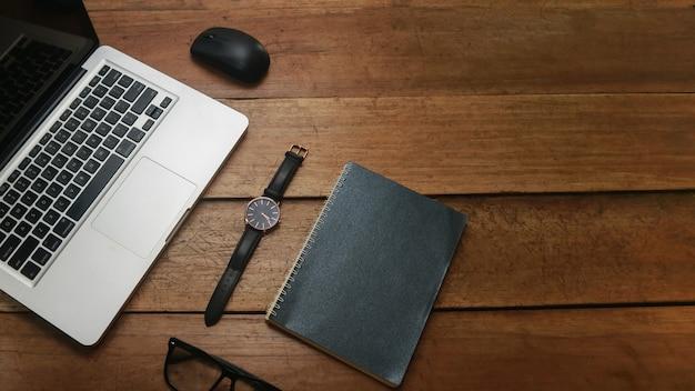 Holzporträt mit laptop und skizzenbuch