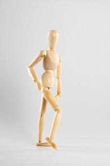 Holzpose puppe posiert wie gehen