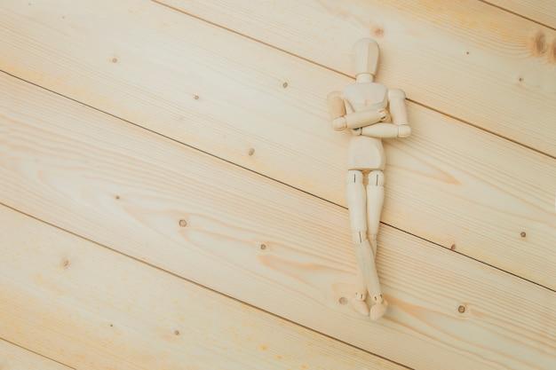 Holzpuppe zeigt mit seinem han