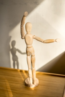 Holzpuppen bleiben unter dem tisch tanzen pose detailansicht