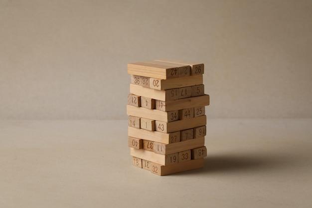 Holzpuzzles, die zu einem turm zusammengestapelt sind. starke geschäftsgrundlagen
