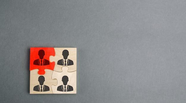Holzpuzzles mit dem bild der arbeiter. das konzept des personalmanagements im unternehmen.