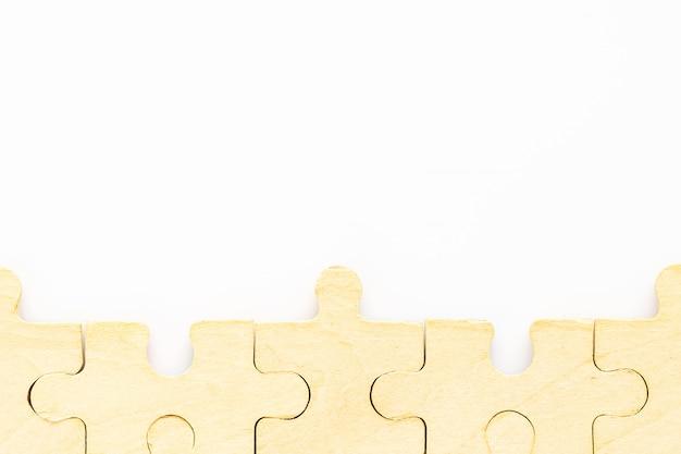 Holzpuzzleteile auf weißem hintergrund