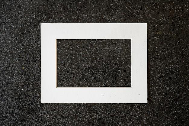 Holzrahmen auf schwarzer tabelle