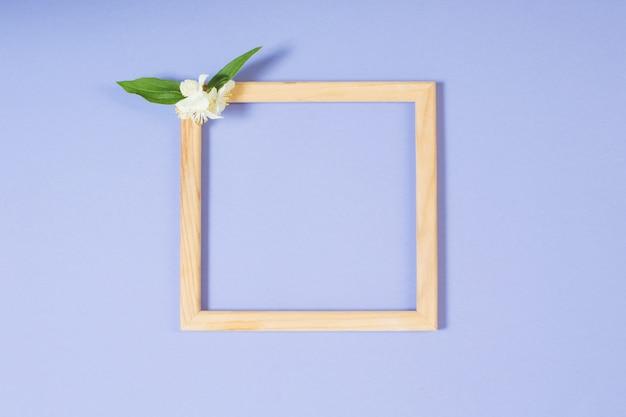 Holzrahmen mit blumen auf papieroberfläche