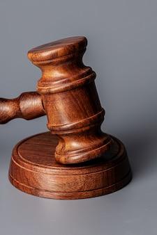 Holzrichter hammer auf tisch nahaufnahme