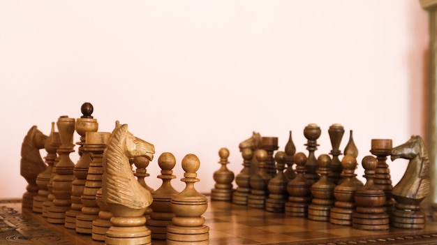 Holzschachbrett mit hölzernen braunen schachfiguren.