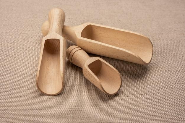 Holzschaufeln für schüttgüter. neue holzschaufel für schüttgüter und gewürze auf sackleinenhintergrund