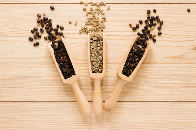 Holzschaufeln mit kaffeebohnen