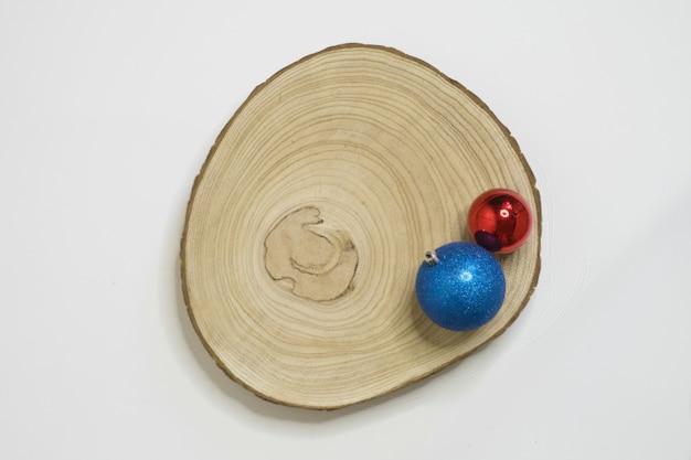 Holzscheit mit einfacher weihnachtsdekoration und weißem hintergrund