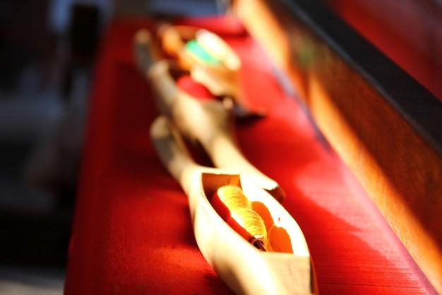 Holzschiffchen mit gelbem auf rotem stoffmaterial