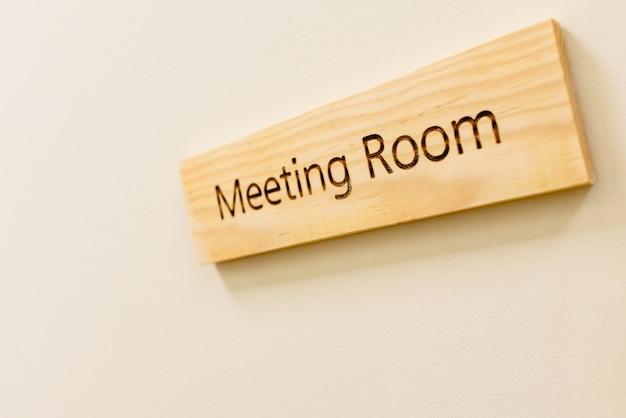Holzschild mit dem wort konferenzzimmer