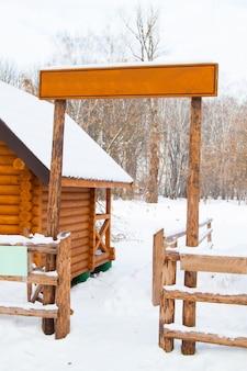 Holzschild und zaun im winterschnee