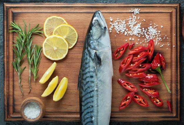 Holzschneiden, rohe makrelen, filets, fischfilets, makrelenfilets, geräucherte makrelen, gewürze