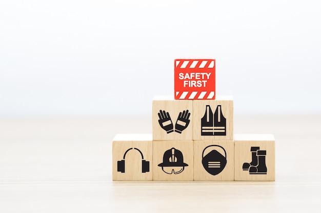 Holzschnittstapelung mit feuer- und sicherheitssymbolen