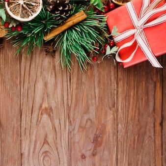 Holzschreibtisch mit weihnachtszweig