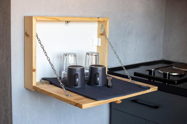 Holzschublade an der wand zum trocknen von geschirr in der küche