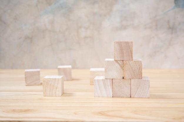 Holzspielzeugwürfel auf einem holztisch