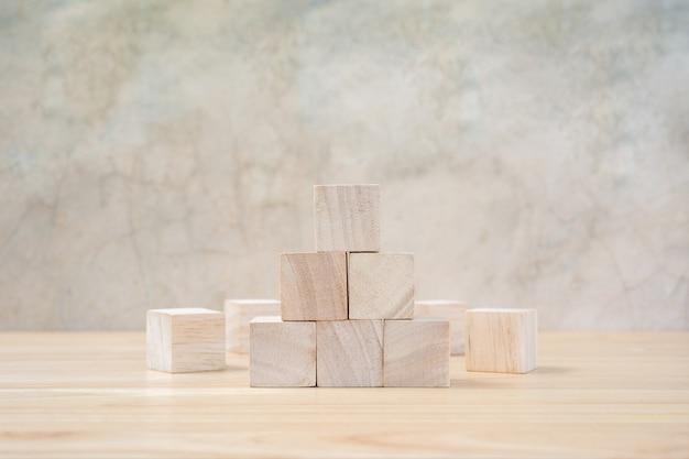 Holzspielzeugwürfel auf holztisch ang grauem hintergrund