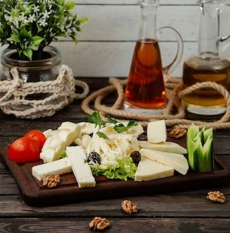 Holzständer mit geschnittenem käse verschiedener art auf dem tisch