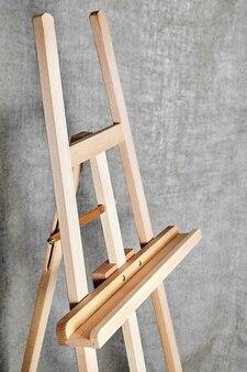 Holzstaffelei für künstler. steh für ein bild.